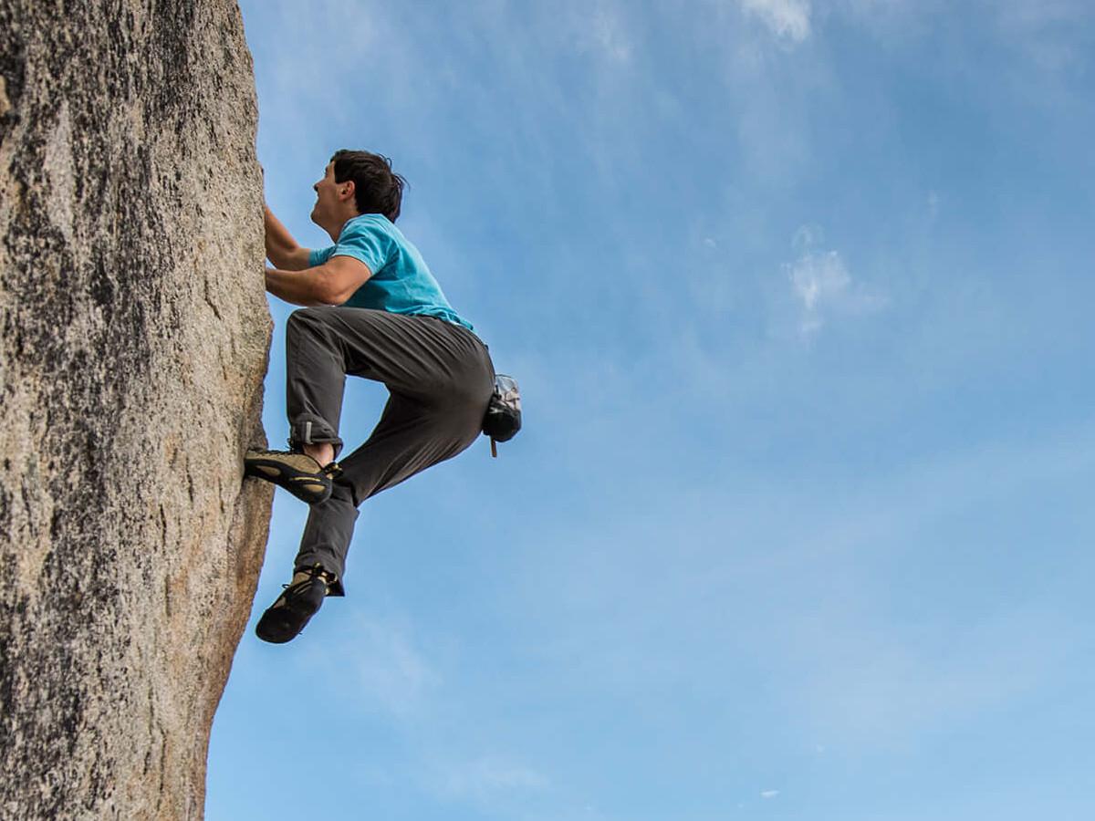 человек на скале, может сорваться вниз