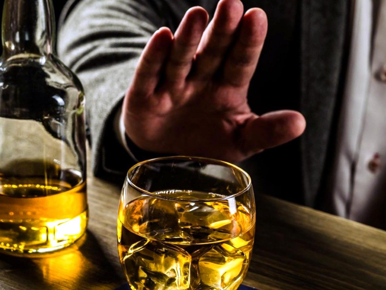 отказ жестом руки от выпивки