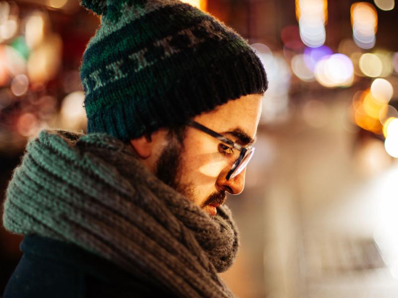 молодой человек в шапке и шарфе
