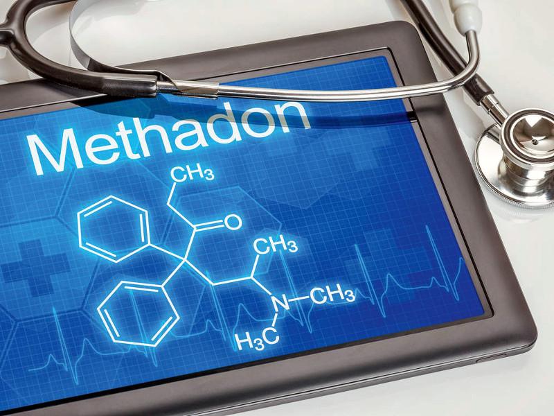 формула метадона и медицинский инструмент