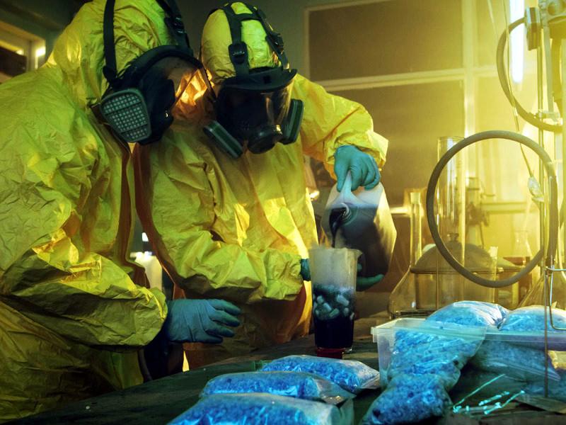 герои сериала в лаборатории по производству метамфетамина
